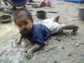 赤ちゃんの泥遊び